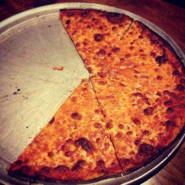 รูปภาพถ่ายที่ Star Tavern Pizzeria โดย Seth W. เมื่อ 2/6/2013