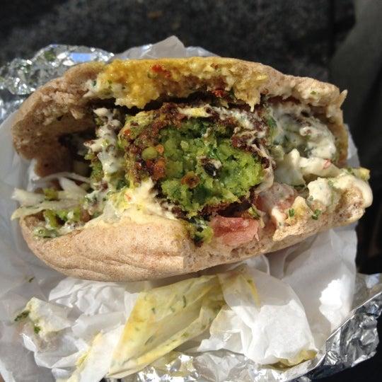 9/21/2012 tarihinde YMLziyaretçi tarafından Taïm Mobile Falafel & Smoothie Truck'de çekilen fotoğraf