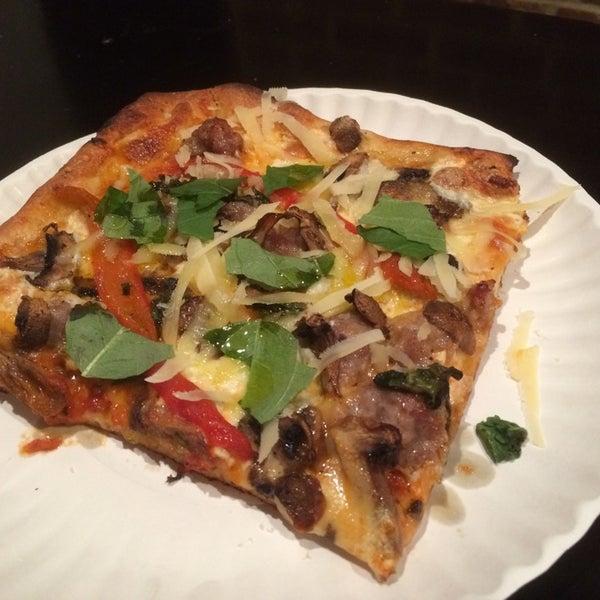 Foto tirada no(a) Nonna's L.E.S. Pizzeria por Matthew K. em 2/10/2015