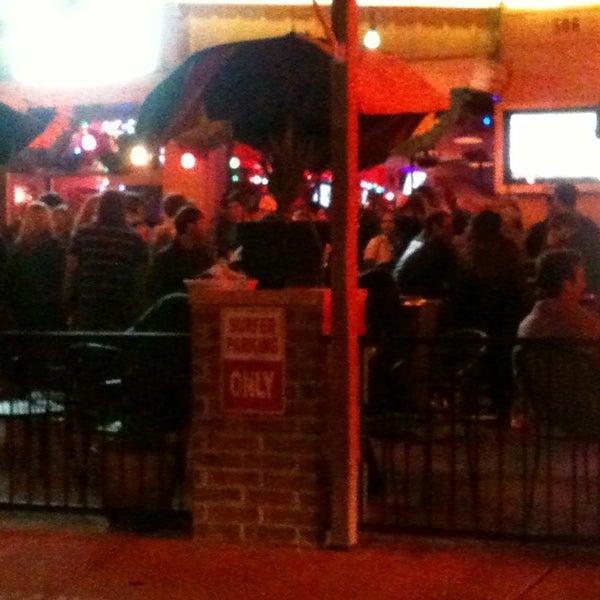 Foto diambil di Lucy's Retired Surfers Bar and Restaurant oleh Ruben S. pada 2/13/2013