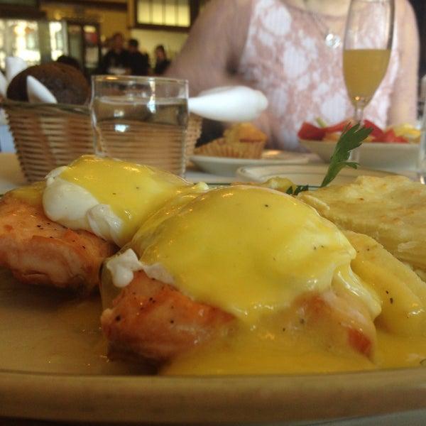 Foto tirada no(a) Four Farthings Tavern & Grill por Alicia J. em 4/5/2015