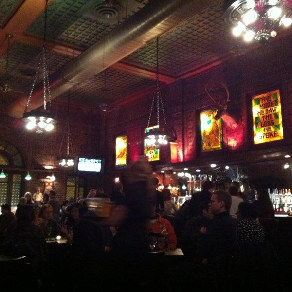Foto diambil di The Owl Bar oleh Vivian H. pada 3/3/2013
