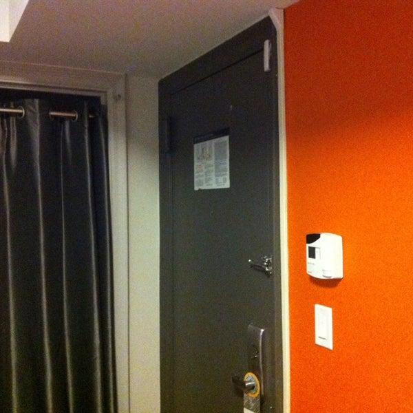 Hotel aceptable, habitaciones ok el agua caliente tarda un poco en salir lo mejor su ubicación muy cerca de Times Square