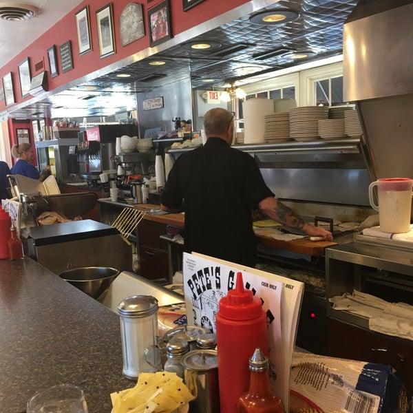 Foto tirada no(a) Pete's Grille por Tobi D. em 6/11/2017