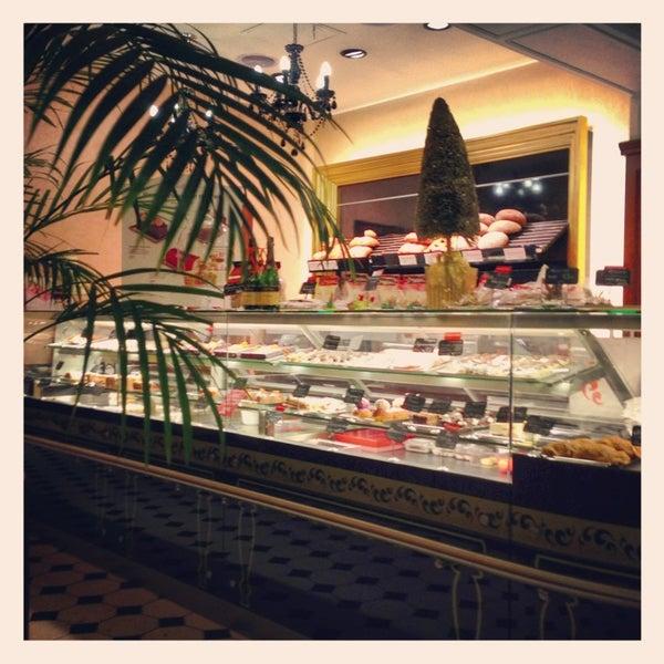 Снимок сделан в Круассан-кафе пользователем Artem F. 12/20/2012