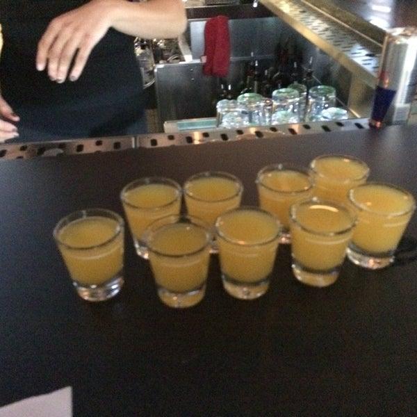 Снимок сделан в Warehouse Bar & Grill пользователем Beverly D. 6/14/2014