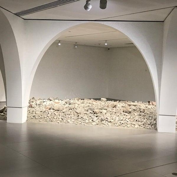 Foto scattata a White Rabbit Gallery da Yulianto Wheatley &. il 9/29/2019