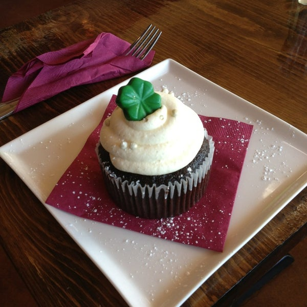 Foto tomada en Heaven Sent Desserts por Caitlin A. el 3/18/2013