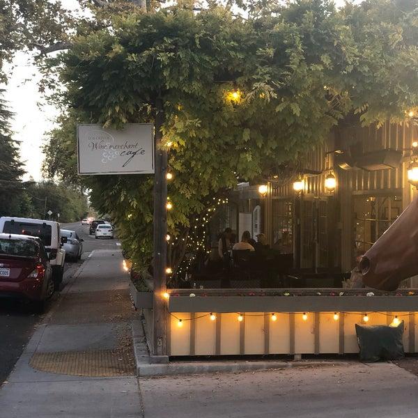 Foto scattata a Los Olivos Wine Merchant Cafe da Jason D. il 11/8/2019