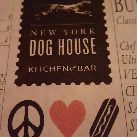 รูปภาพถ่ายที่ New York Dog House โดย William H. เมื่อ 8/13/2015