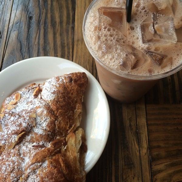 Das Foto wurde bei Double Dutch Espresso von Tammy_k am 8/21/2014 aufgenommen