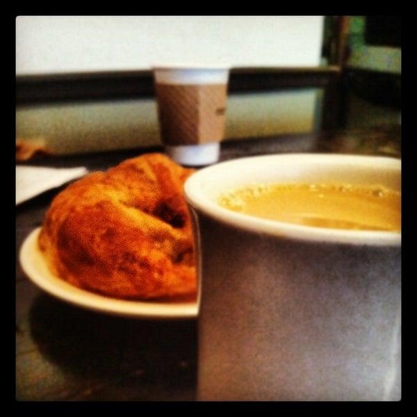 Das Foto wurde bei Lenox Coffee von Brian S. am 10/14/2012 aufgenommen