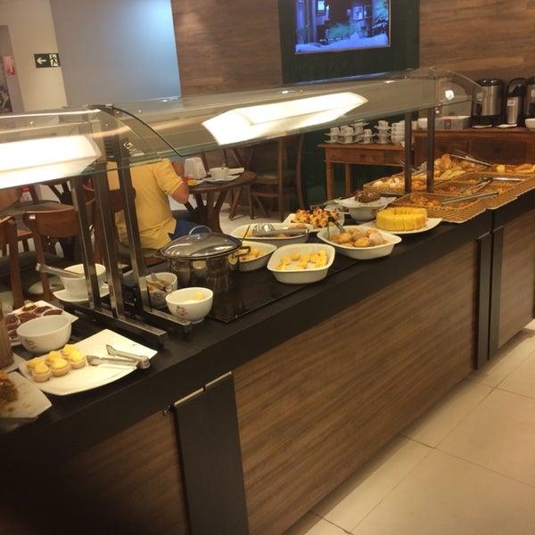 Agora tem um salão de chá no piso superior e serve café da manhã, almoço e chá da tarde e sopas! O chá da tarde é super fraco... se não abastecerem com mais guloseimas ficará sempre às moscas!
