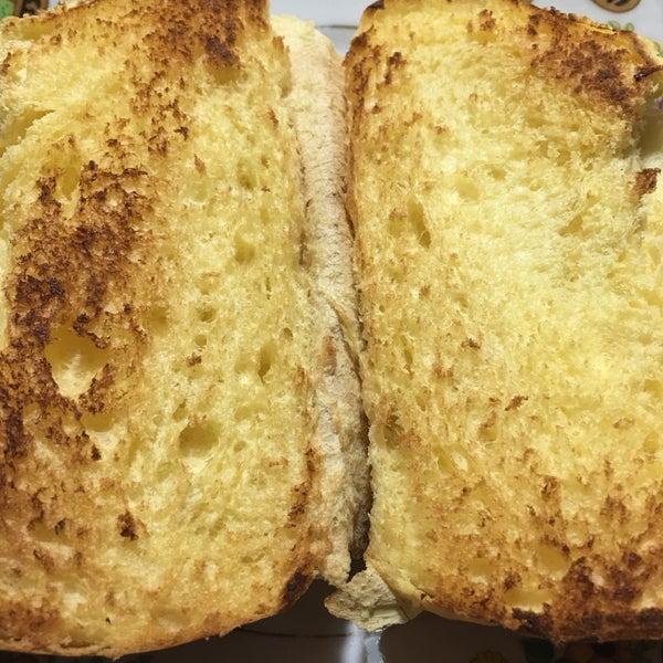 Atendimento deixa a desejar. O pão de cará é maravilhoso! 😉
