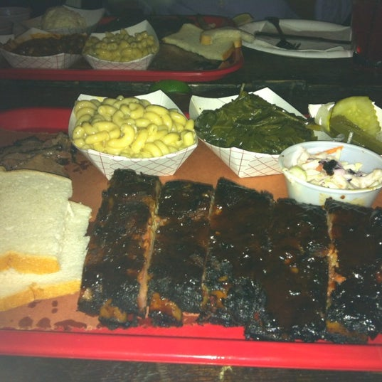 รูปภาพถ่ายที่ Mable's Smokehouse & Banquet Hall โดย JJ J. เมื่อ 10/14/2012