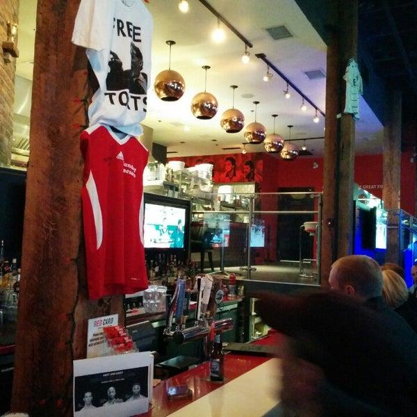 Foto tomada en Red Card Sports Bar por Gregory M. el 4/23/2014