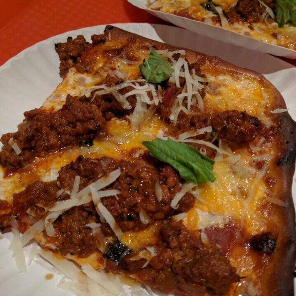 Foto tirada no(a) Nonna's L.E.S. Pizzeria por Kate F. em 5/22/2016