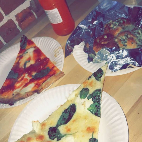 Photo prise au Joe's Pizza par Amel M. le3/30/2017