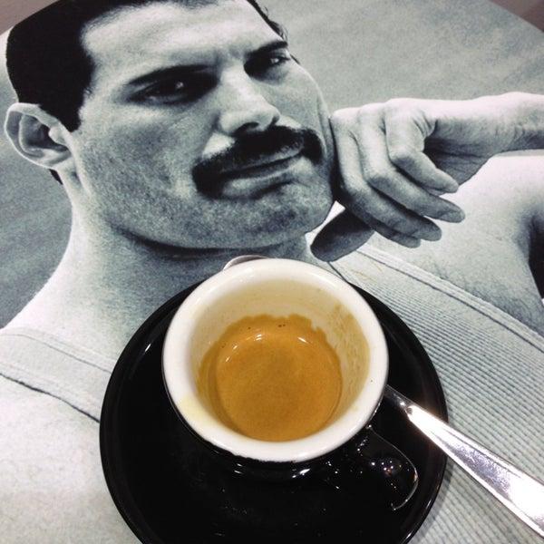 Foto diambil di Mo Espresso oleh Simon pada 10/10/2013
