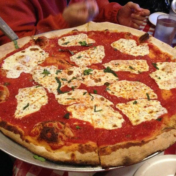 Das Foto wurde bei Lombardi's Coal Oven Pizza von Scott P. am 3/27/2013 aufgenommen