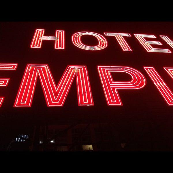 Снимок сделан в The Empire Hotel Rooftop пользователем Caleb L. 12/7/2012