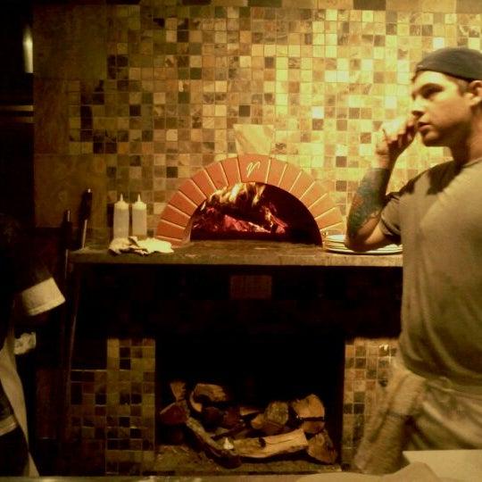 รูปภาพถ่ายที่ Fire Stone Wood Fired Pizza & Grill โดย Steven S. เมื่อ 10/1/2011
