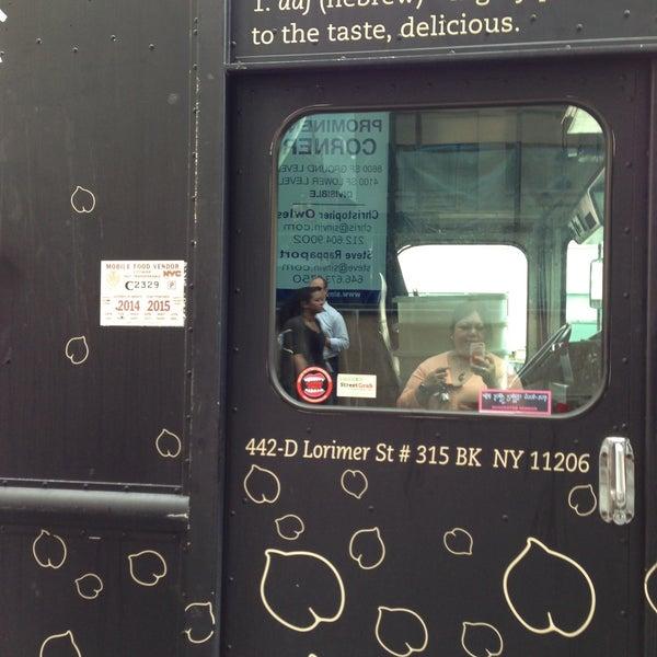 5/10/2013 tarihinde Catherine M.ziyaretçi tarafından Taïm Mobile Falafel & Smoothie Truck'de çekilen fotoğraf