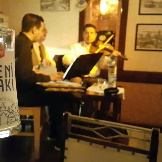Снимок сделан в Eski Usül Meyhane пользователем Özge C. 3/25/2016