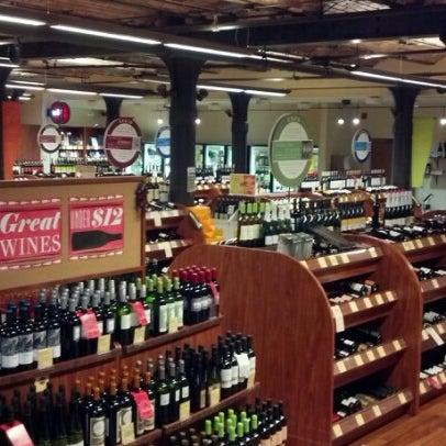 Foto tirada no(a) Astor Wines & Spirits por Ken P. em 10/26/2012