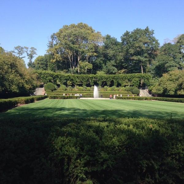 Foto scattata a Conservatory Garden da Kenny L. il 9/20/2013