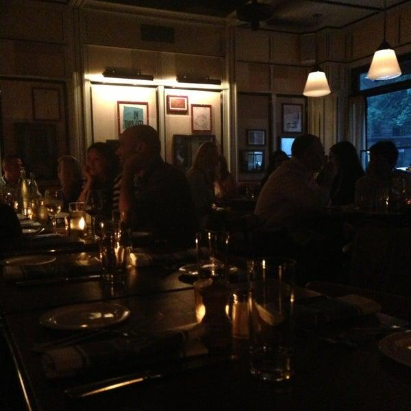 Photo prise au Cole's Greenwich Village par Aya G. le6/13/2013