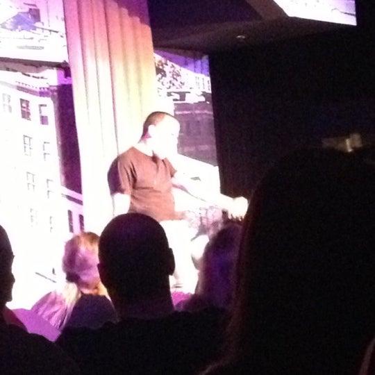 Photo prise au Stand Up Live par Carissa W. le11/4/2012