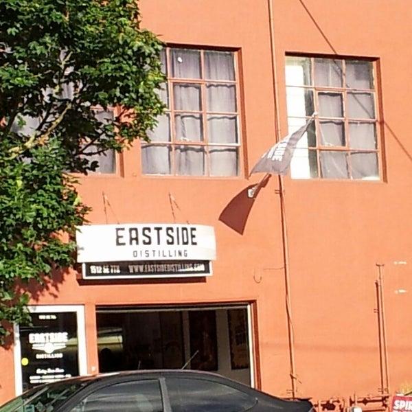 Foto tomada en Eastside Distilling por Chelsey B. el 6/29/2014