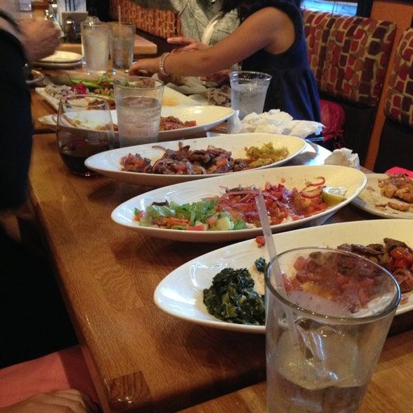 6/22/2013 tarihinde Guy T.ziyaretçi tarafından Desta Ethiopian Kitchen'de çekilen fotoğraf