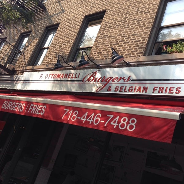 Foto tomada en F. Ottomanelli Burgers and Belgian Fries por Paul M. el 8/8/2014