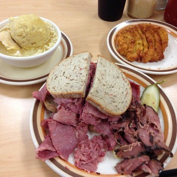 Foto diambil di Manny's Cafeteria & Delicatessen oleh Rob O. pada 7/5/2013