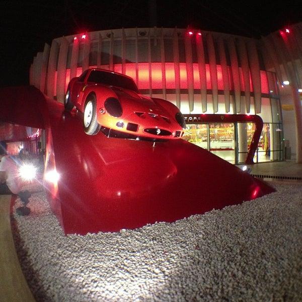 Foto tomada en Ferrari World Abu Dhabi por Isa A. el 5/28/2013