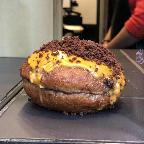 Foto diambil di Crosstown Doughnuts & Coffee oleh Thê-Minh T. pada 4/29/2018