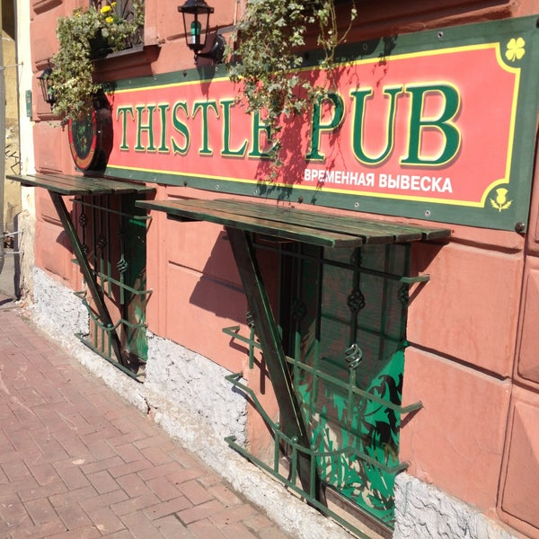 На улице есть столики, можно пить вкусное холодное пиво и щуриться на редкое питерское солнце;)