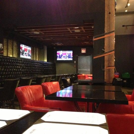 Foto tomada en Red Card Sports Bar por Aaron W. el 10/30/2012