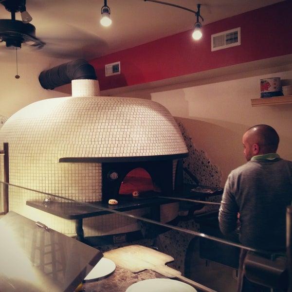 Foto scattata a Menomalé Pizza Napoletana da Jason T. il 12/30/2012