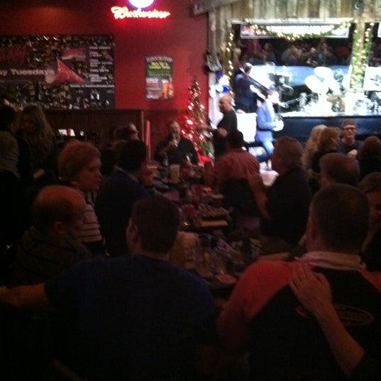 Das Foto wurde bei Shout House Dueling Pianos von Jodi J. am 12/1/2012 aufgenommen
