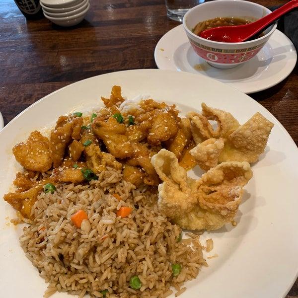 Foto scattata a Koi Fine Asian Cuisine & Lounge da Justin B. il 12/5/2019