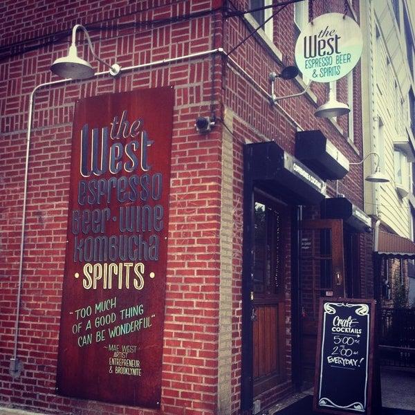 รูปภาพถ่ายที่ The West—Coffeehouse & Bar โดย Bcnlovesny เมื่อ 8/12/2014