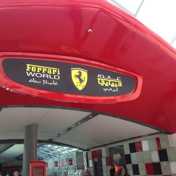 Foto tomada en Ferrari World Abu Dhabi por Jane W. el 3/16/2013