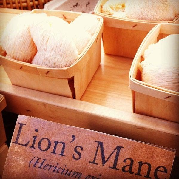 Photo prise au Ballard Farmer's Market par Michelle L. le3/31/2013