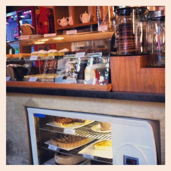 Foto tirada no(a) Mark's Deli & Coffee House por Tanya V. em 3/27/2013