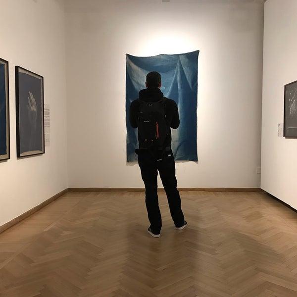 รูปภาพถ่ายที่ Mai Manó Gallery and Bookshop โดย Nikoletta F. เมื่อ 2/23/2019