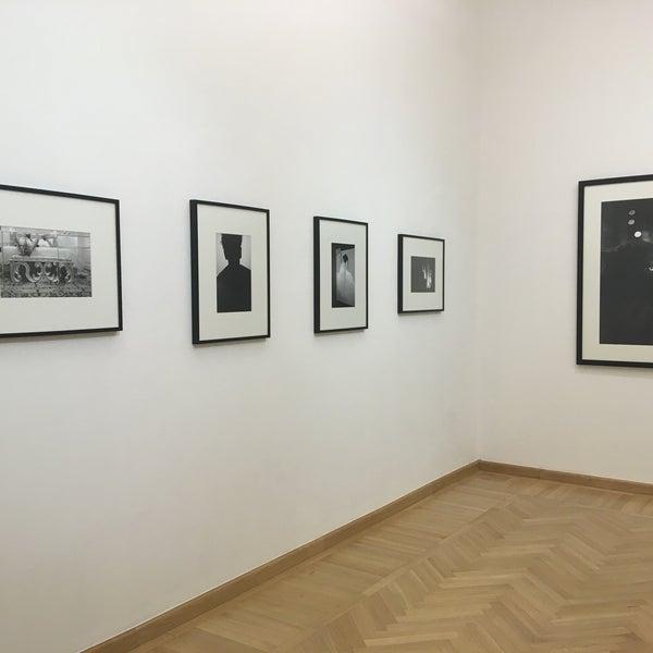 รูปภาพถ่ายที่ Mai Manó Gallery and Bookshop โดย Nikoletta F. เมื่อ 3/18/2018