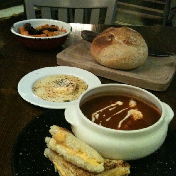 Estupendo lugar para comer pasta y pizza te recomiendo la vegetariana y la sopa de tomate rostizado. El lugar esta cool